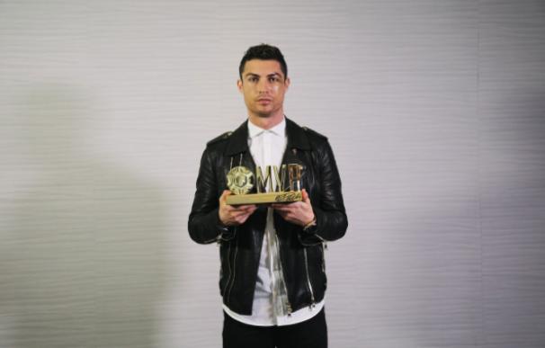 Cristiano recibe un premio al mejor jugador del año en China