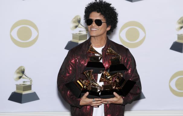 Bruno Mars posa con sus seis Grammys después de la gala