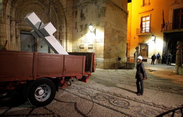 Carga en un camión de la Cruz franquista de los Caídos de Callosa de Segura (Alicante)