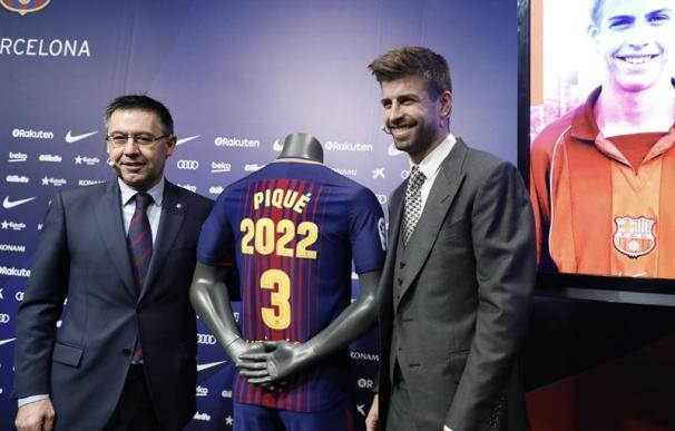 Fotografía de Piqué junto a Bartomeu en el acto de renovación del futbolista.