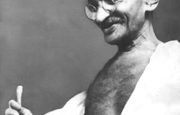Un pintor pakistaní pinta con su sangre un cuadro de Gandhi