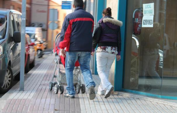 El Gobierno retrasa un año más la ampliación a un mes del permiso de paternidad y lo promete para 2015