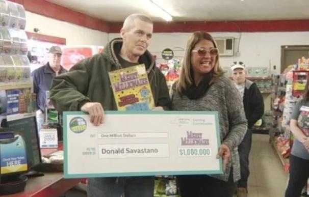 Fotografía de Donald Savastano el día que ganó la lotería.