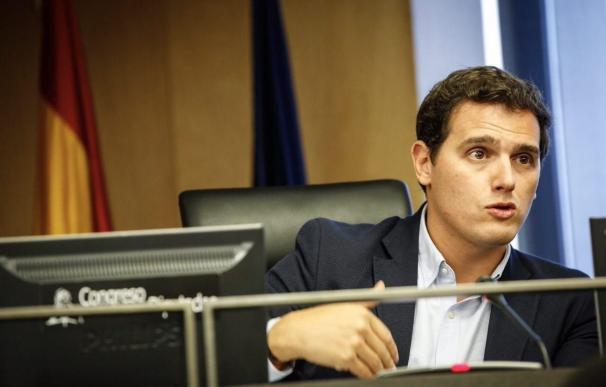 """Rivera asegura que Sánchez ya no quiere mejorar la Constitución, sino """"pactar con Puigdemont y Junqueras"""""""