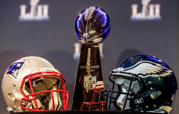 Vista de los cascos de los Eagles de Filadelfia (d) y de los Patriots de Nueva Inglaterra (i) (EFE/ Tannen Maury)