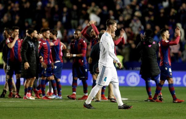 Los jugadores del Levante celebran el empate a dos ante el Real Madrid, tras el partido de Liga en Primera División que se disputó esta noche en el estadio Ciutat de València. EFE/Miguel Ángel Polo