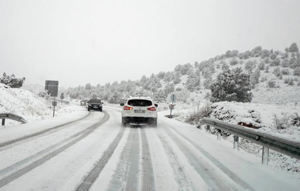 Un coche circula por la carretera A-226 entre Teruel y Cedrillas