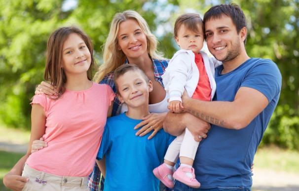 Se entiende por familia numerosa la integrada por los padres y tres o más hijos
