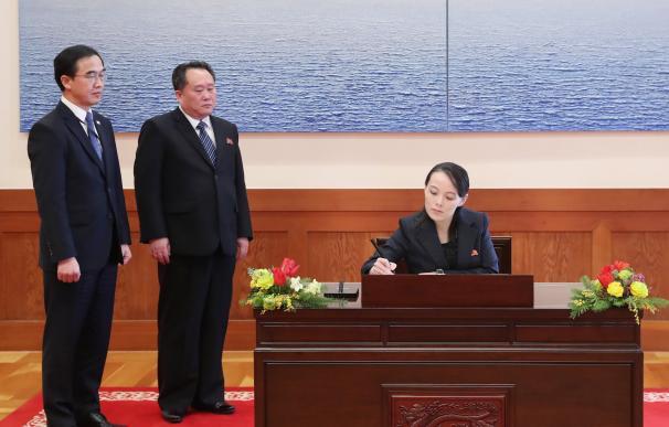 Kim Yo-jong, la hermana del líder norcoreano Kim Jong-un, escribe en el libro de visitas en la oficina presidencia en Seúl (EFE / EPA / YONHAP)