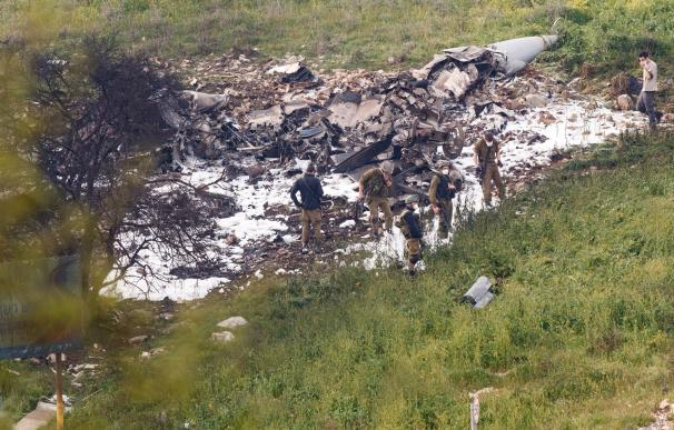 Soldados israelíes observan los restos del F-16 estrellado en Harduf, Israel, hoy, 10 de febrero de 2018. EFE/ Ancho Gosh