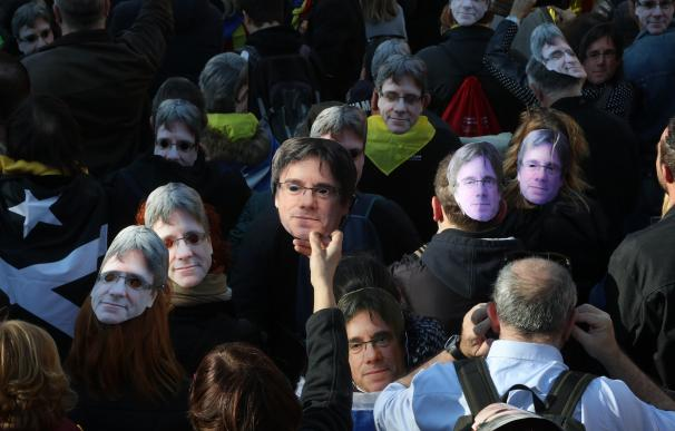 Fotografía de manifestantes en Barcelona ante el Parlament de Cataluña