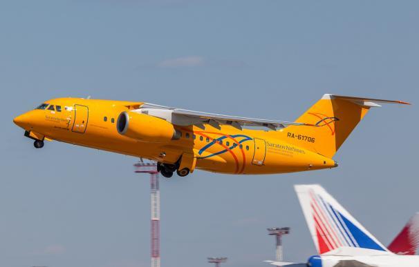 Un Antonov An-148 de Saratov Airlines despega de Domodedovo (Wikipedia)
