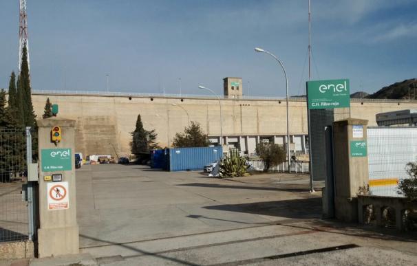 Cartelería de Enel en la central hidroeléctrica de Riba-roja.