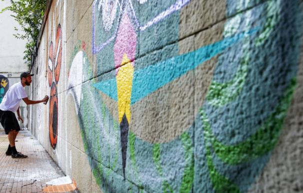 Grafitero pintando un mural