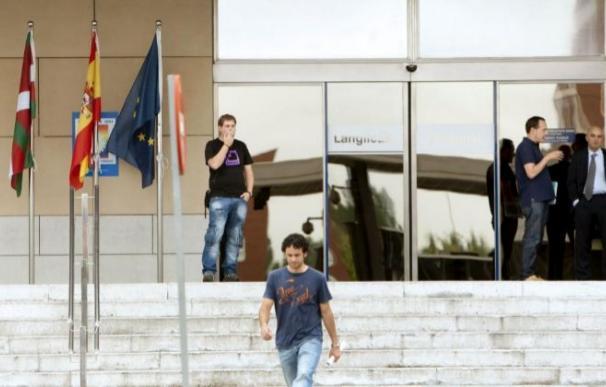 Funcionarios, en la puerta de la sede del Gobierno vasco.