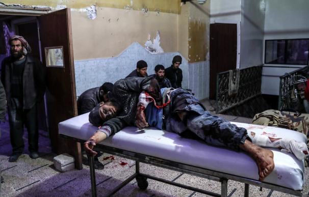 Un hombre herido tras un bombardeo al este de Guta es atendido en un hospital de Duma