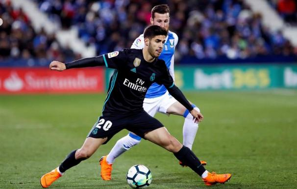 Marco Asensio pelea un balón con un rival del Leganés, en Butarque. EFE