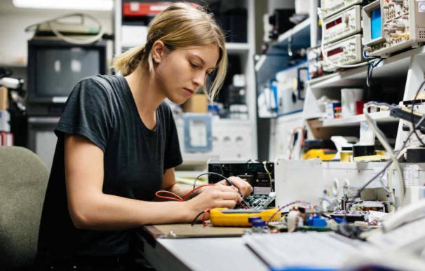 Una joven ingeniera trabaja en un laboratorio de robótica. (EFE)