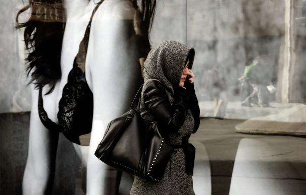 Una mujer se protege del frío en Pamplona. EFE/Jesús Diges