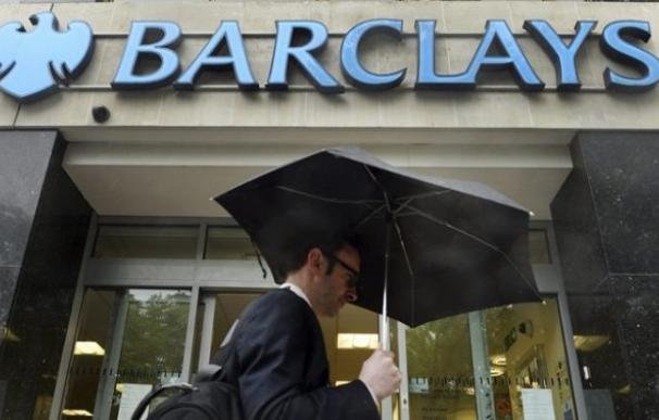 Un viandante pasa delante de una sucursal del banco británico Barclays.