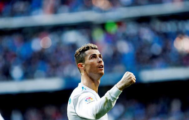 El delantero portugués del Real Madrid Cristiano Ronaldo, festeja un gol durante el partido contra el Deportivo Alavés. EFE/Juanjo Martín