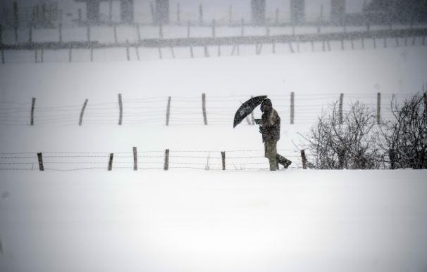 Un hombre camina entre la nieve cerca de la localidad cántabra de Reinosa