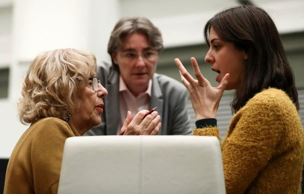 Manuela Carmena conversa con Rita Maestre antes del pleno
