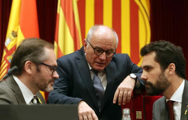 El presidente del Parlament, Roger Torrent (d), y el vicepresidente primero, Josep Costa (i), hablan con el letrado de la cámara, Xavier Muro (c)