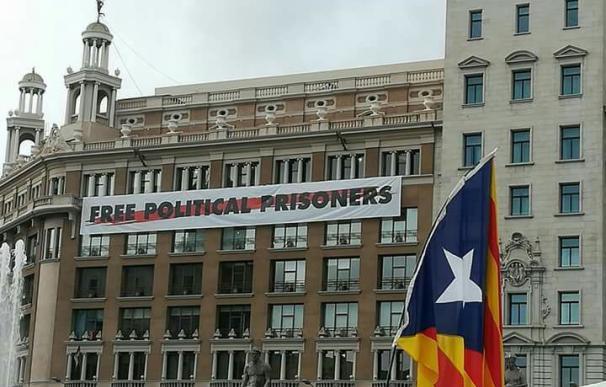 Pancarta independentista en Plaza Cataluña.