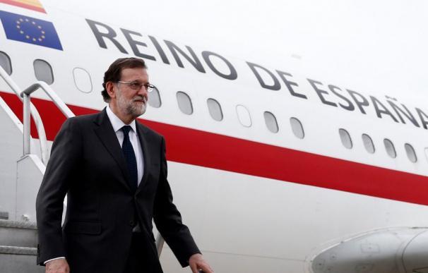 Rajoy bajando del avión de la Fuerza Aérea Española.