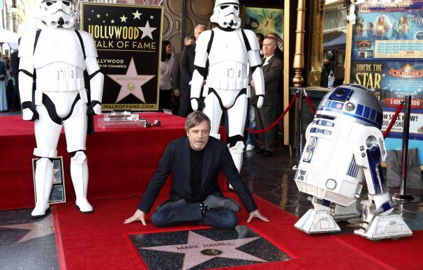 El actor estadounidense Mark Hamill posa junto a su estrella en el Paseo de la Fama hoy, jueves 8 de marzo de 2018, en Hollywood (EFE/Mike Nelson).