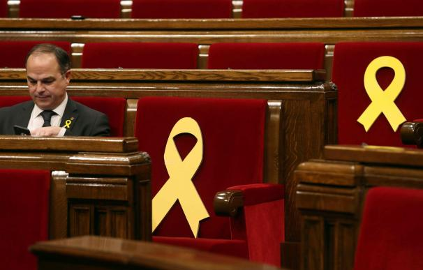 Jordi Rull junto a los lazos amarillos en los escaños de los presos, Jordi Sánchez y Oriol Junqueras