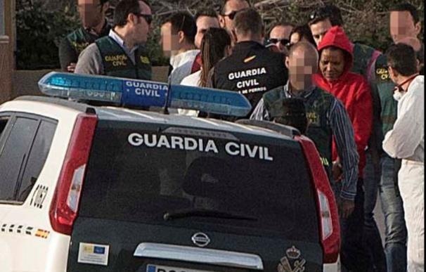 Agentes de la Guardia Civil junto a Ana Julia durante la reconstrucción de los hechos