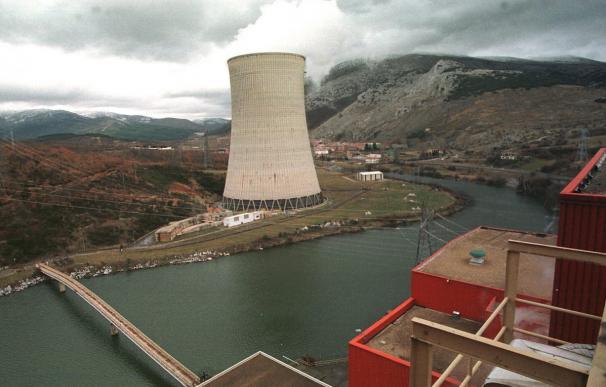 Vista de la central de carbón de Velilla (Palencia) que junto a la de Lada (Asturias) plantea cerrar Iberdrola. EFE/Brágimo