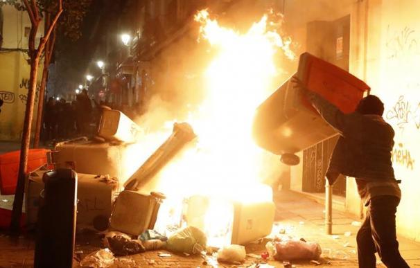 Contenedores incendiados en la calle Mesón de Paredes con la calle del Oso, en el barrio de Lavapiés de Madrid, tras la muerte de un mantero de un paro cardíaco durante un control policial contra el top manta en el barrio de Lavapiés de Madrid. Tras el su