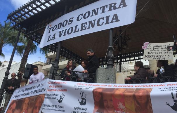 Juan José Cortés y Ruth Ortiz en la concentración en Huelva. (EP)