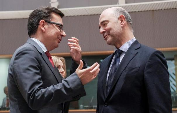 El comisario europeo Pierre Moscovici (dcha) junto al ministro español de Economía, Román Escolano.