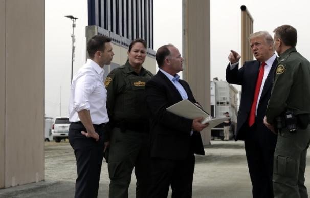 Fotografía Trump inspecciona muro