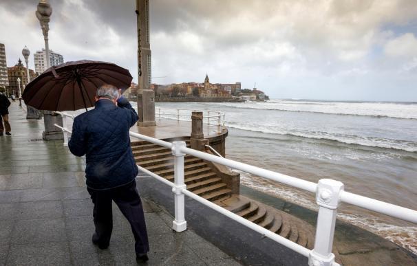 Asturias mantiene la alerta roja por mar combinada del noroeste y olas de 9 metros y aviso naranja por nevadas (EFE/Alberto Morante)