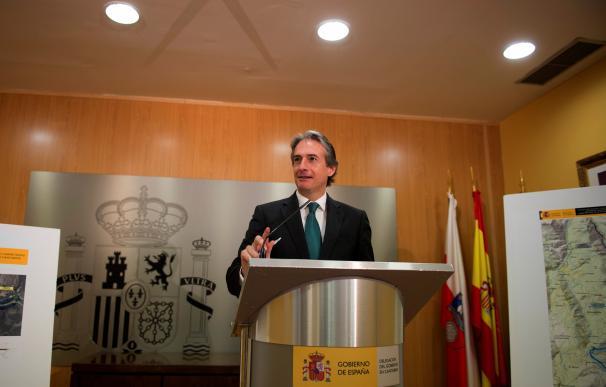 El ministro de Fomento, Iñigo de la Serna, durante la presentación de la Variante de Lanestosa (N-629) hoy en Santander. EFE/Pedro Puente Hoyos