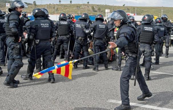 Imagen de los disturbios en las vías catalanas esta mañana.