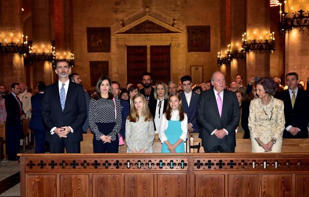 Los reyes Felipe y Letizia, sus hijas, la princesa Leonor y la infanta Sofía, y los reyes don Juan Carlos y doña Sofía en la Catedral de Mallorca. EFE/Atienza