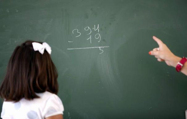 """Una niña atiende en la pizarra en el colegio de Educación Infantil y Primaria """"Nuestra Señora del Rosario"""" en Luque (Córdoba). (Rafa Alcaide / EFE)"""