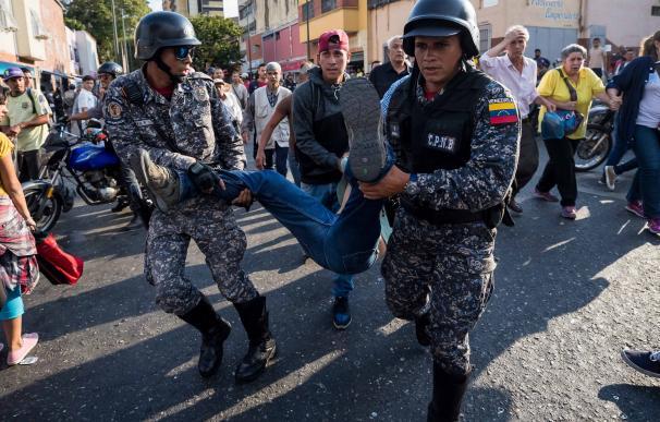 Teodoro Campos, jefe de seguridad del candidato presidencial Henri Falcón, es transportado por miembros de la Policía Nacional Bolivariana (PNB)