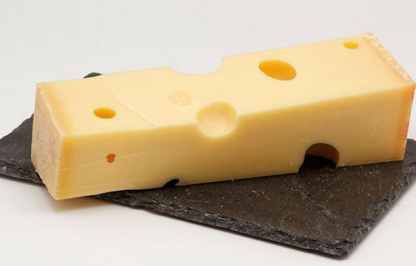 Fotografía de un queso emmental.