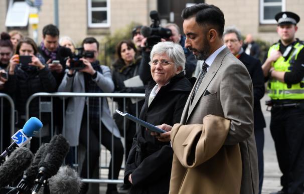 Clara Ponsatí a su llegada a la comisaría de policía de St. Leonards en Edimburgo