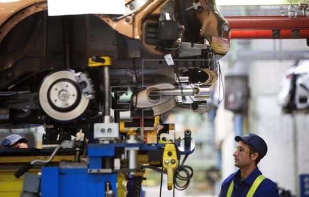 La industria produce un 4% más en 2017, pero cae un 2,6% en enero.