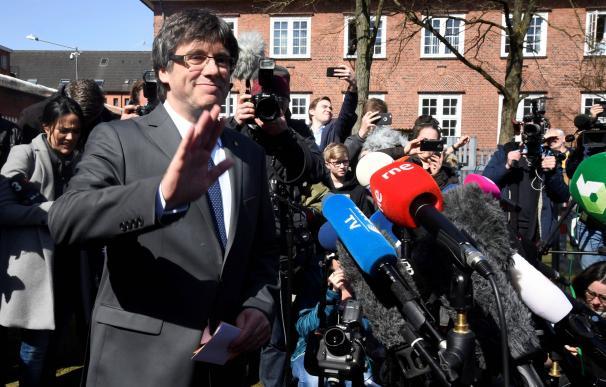 Carles Puigdemont atiende a los medios a su salida de la cárcel