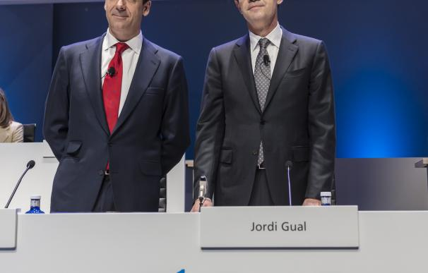 El consejero delegado de Caixabank, Gonzálo Gortázar, y el presidente, Jordi Gual, en la junta de accionistas..