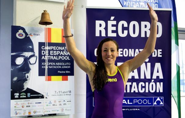La nadadora Jessica Vall celebra el haber conseguido el nuevo record de España en la prueba de 50 metros braza. EFE/Daniel Pérez